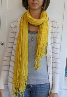 Easy cute way to tie a scarf Ways To Tie Scarves, How To Wear Scarves, Fall Outfits, Cute Outfits, Fashion Outfits, Scarf Knots, Diy Clothing, Square Scarf, Scarf Styles