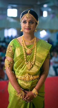 Traditional Southern Indian bride wearing bridal saree, jewellery and hairstyle. Indian Bridal Sarees, Indian Silk Sarees, Indian Bridal Makeup, Indian Bridal Fashion, Indian Bridal Wear, Indian Beauty Saree, Wedding Sarees, Indian Wear, Wedding Dresses