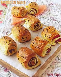Rolls with ham { recipe in Romanian } Ham Recipes, Snack Recipes, Snacks, Croissants, Sushi, Muffin, Rolls, Appetizers, Cooking
