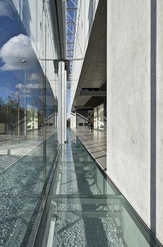 Detalle de la fachada del Centro de Conocimientos Glastroesch por Becker Architekten. Fotografía © Nikolaus Grünwald.