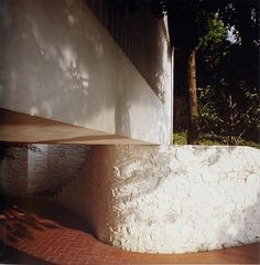 Surrounded by pine, Casa Ugalde a tranquil and natural extension of the forrest, 1952 José Antonio Coderch Architecture Courtyard, Spanish Architecture, Architecture Details, Minimal Architecture, Curved Walls, Two Story Homes, Building Exterior, Story House, Landscape