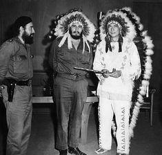 Fidel Castro con el representante de los indios Creek de Oklahoma, WA Reiford, 17 de julio de 1959, cuando Reiford llegó a La Habana para abrir un orfanato. Reiford sostiene una pipa de la paz. A la izquierda, el capitán. Antonio Núñez Jiménez observa. Foto AP. Fuente.