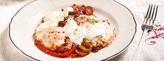 Αβγά στο φούρνο με λουκάνικα, λαχανικά και γιαούρτι