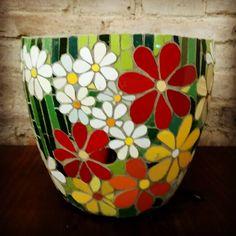 pots in mosaic Mosaic Planters, Mosaic Vase, Mosaic Flower Pots, Painted Flower Pots, Pebble Mosaic, Mirror Mosaic, Mosaic Tiles, Garden Planters, Mosaic Crafts