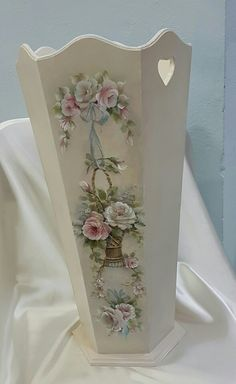 Mobili per decoupage – Recycled Furnitures Ideas Shabby Chic Crafts, Shabby Chic Decor, Decopage Furniture, Diy Trellis, Decoupage Box, Wine Bottle Crafts, Cool Diy Projects, Shabby Chic Furniture, Painting On Wood