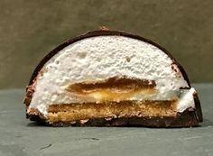 Dômes gourmands au chocolat, caramel beurre salé, meringue italienne et biscuit aux amandes....