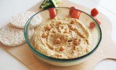 Hummus is een van onze favoriete dips en smeersels! Vandaag delen we ons favoriete basisrecept met jullie waarmee je eindeloos kunt variëren! Dippen maar!