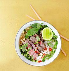 Vietnamissa pho-keittoa keitellään tuntitolkulla, mutta jos vähän höllää otetta, trendikäs keitto syntyy puolessa tunnissa. Syö sattumat puikoilla (tai haa