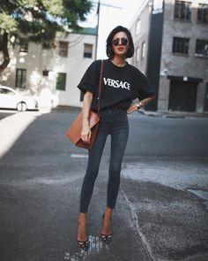 """Джинсы с высокой талией - """"высокая мода"""" на каждый день! Идеальный фэшн-дуэт для скинни с высокой талией: с туфлями на каблуке и объемным верхом . Однако по мнению мужчин этот ультрамодный """"привет из 90-х"""" редко кому идет для таких вещей говорят они нужна хрупкая фигура как у Диты фон Тиз! Вы согласны с этим? #womanslook"""