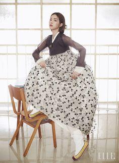 현대적으로 재해석한 플라워 패턴의 스커트와 검은 저고리, 머리 장식과 고무신은 모두 Traditional Korean Costume Kim Young Seok.