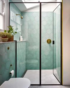 70 stunnning small bathroom remodel ideas on a budget 32 – Diy Bathroom İdeas Pastel Bathroom, Modern Bathroom, Mint Bathroom, 1950s Bathroom, Colorful Bathroom, Contemporary Bathrooms, Bad Inspiration, Bathroom Inspiration, Bathroom Trends