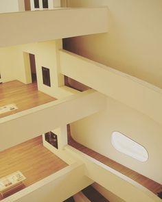 """Fundação Iberê Camargo foi projetado pelo arquiteto contemporâneo português Alvaro Siza. Esse foi o primeiro projeto do arquiteto na América do Sul. As passagens de uma sala pra outra são feitas através de túneis com pequenas janelas """"enquadrando"""" à vista para o rio Guaiba. Possui também umas clarabóias entrando luz natural e permite nos """"limparmos"""" de uma sala pra outra. Incrível! #arquitectura #arquitetura #archilovers #architecturelovers #museum #iberecamargo #garimporiopelomundo…"""