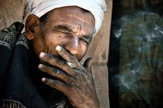 Senhor egípcio fumando nas redondezas de Karnak e Luxor. Foto: David Lazar