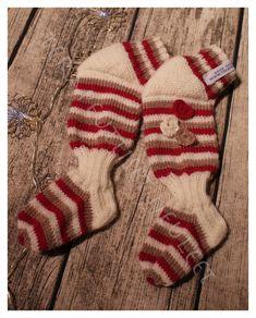 Kun kummityttöni on kasvanut pois ensimmäisistä kantoliinasukistaan, on edessä ongelma: tehdäänkö samalla mallilla seuraavat tilalle ... Knitting For Kids, Christmas Stockings, Winter Hats, Holiday Decor, Baby, Children, Needlepoint Christmas Stockings, Young Children, Kids
