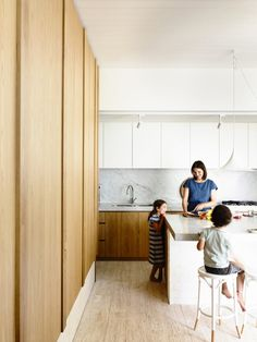 One feature of traditional Japanese architecture came in handy when architecture firm Kennedy Nolan was hired to expand a traditional Edwardian house in Me White Kitchen Cupboards, Timber Kitchen, Kitchen White, Kennedy Nolan, Timber Ceiling, Edwardian House, Box Houses, Family Kitchen, Big Kitchen