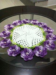 lindo centrinho em Linha Duna. com pequenas pérolas no miolinho das flores. podendo mudar cores das flores medida 30cm de diâmetro R$ 65,00