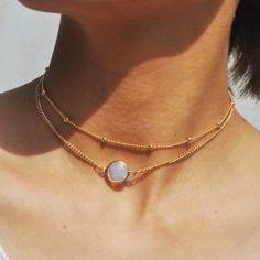 1591c77f0c984 Collier ras du cou doré avec pendentif pierre et lune. Adoptez ce collier  fantaisie tendance pour sublimer vos tenues. La longueur de ce collier est  de + ...