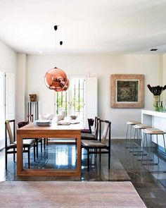home in the Spanish port city of Alicant by Lou & Hernández Interior Architecture Studio Copper Dining Room, Dining Room Light Fixtures, Dining Room Lighting, Kitchen Dining, Dining Rooms, Dining Table, Showroom, Color Cobre, Interior Architecture