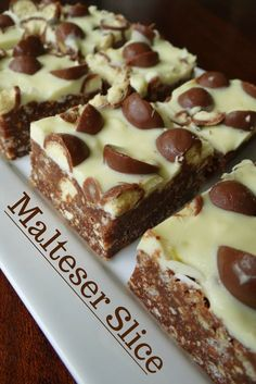 Easy and Quick Malteser Slice-INGREDIENTS: * pkt milk arrowroot biscuits (or other sweet biscuit) * 2 cups rice bubbles * butter * tin condensed milk * 2 Tbspn cocoa * pkt maltesers, cut in half * white chocolate DIRECTIONS: *Line a slice tin Baking Recipes, Cake Recipes, Dessert Recipes, Yummy Treats, Sweet Treats, Yummy Food, Delicious Recipes, Malteser Slice, Malteser Cake