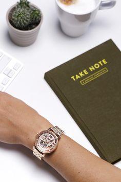 Praktisch, handlich und immer nützlich! Zu jedem Fossil Einkauf ab 75€ gibt es derzeit kostenlos ein Notizbuch dazu!