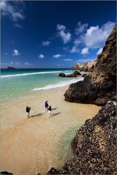 Une plage de rêve au Finistère en Bretagne ! Comme quoi il n'y a pas qu'au Caraïbes qu'on trouve des belles plages ! #plage #Bretagne Houses In France, Paradise Travel, Brittany France, Ville France, Seaside Beach, Photos Voyages, France Travel, Vacation Spots, Wonderful Places