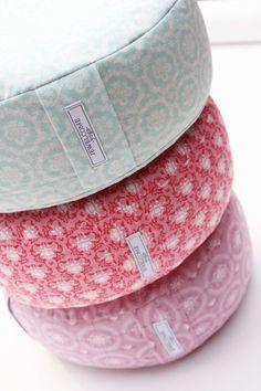 Ein wunderschönes Yogakissen aus Stoffen von der Designerin Tone Finnanger     *!!!Nur noch das mittlere und untere Kissen sind verfügbar!!!*    *P...