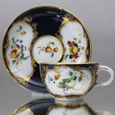 Meissen: Teetasse im Sevres Stil, Früchte Gemüse Malerei, Kobalt Fond Blau, cup