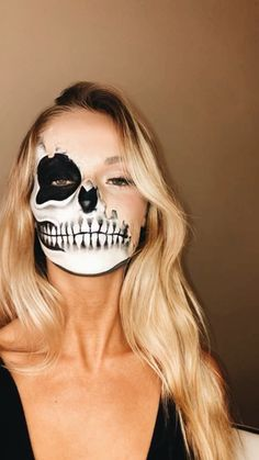 Are you looking for ideas for your Halloween make-up? Navigate here for creepy Halloween makeup looks. Creepy Halloween Makeup, Clown Makeup, Skull Makeup, Halloween Makeup Looks, Halloween Skeletons, Costume Makeup, Halloween Designs, Skeleton Face Paint, Skull Face Paint