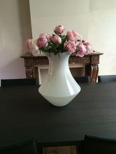 Nieuw gekochte vaas met mijn favoriete bloemen pioenen