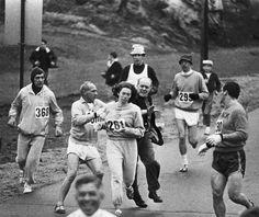 """1967. Kathrine Switzer es protegida por los corredores cuando uno de los directores de la maratón de Boston intenta sacarla de la carrera en la que ella se había apuntado de forma """"ilegal"""", ya que la competición estaba reservada a los hombres. Kathrine pudo llegar finalmente a la línea de meta y años después, ya aceptada la participación femenina, ganó la maratón de Nueva York."""