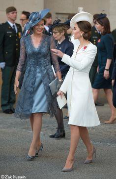 Duchess Catherine speaking with Queen Mathilde - July 2017 Estilo Kate Middleton, Kate Middleton Style, Duchess Kate, Duke And Duchess, Princesse Kate Middleton, Prince Charles And Diana, Princesa Diana, Royal Fashion, Dress To Impress