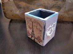 Posalápices cuadrado en madera, elaborado con pintura y papel arroz. Motivo decorativo: París. Modelo 02