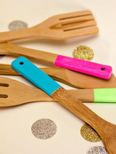 Cooking needn't be a chore with these bright, color block-inspired kitchen utensils. Simply tape and paint for a cheap, chic project you can complete in an afternoon. And when paired with natural wood or bamboo-hued tones, those neon colors just sing. Wooden Kitchen, Kitchen Paint, Diy Kitchen, Kitchen Ideas, Craft Font, Neon Painting, Painting Tips, Ideias Diy, Diy Network