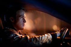 Drive basa totalmente su narrativa en la persona detrás del volante, el héroe que puede llegar a ser a pesar de la violencia que vive en él y la carrocería que lo protege.