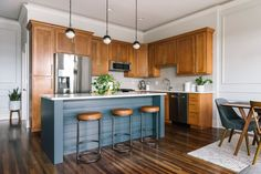 Design Crew: A Colorful Chicago Condo Gets A Mid-Century Modern Makeover - Front + Main Honey Oak Cabinets, Oak Kitchen Cabinets, Kitchen Redo, New Kitchen, Kitchen Dining, Updating Oak Cabinets, Light Oak Cabinets, Oak Kitchen Remodel, Condo Kitchen