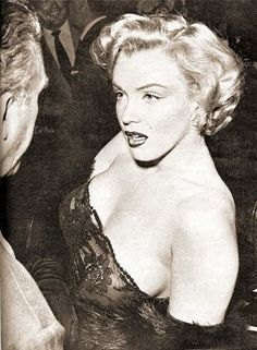 Marilyn Monroe at the premiere of 'Don't Bother To Knock' , 1952 - Marilyn Monroe (Norma Jeane Baker) - Photos Divas, Tony Curtis, Fotos Marilyn Monroe, Young Marilyn Monroe, Norma Jean Marilyn Monroe, Howard Hughes, Cinema Tv, Richard Avedon, Gene Kelly