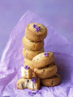 Ok, apparently the Duchess of Cambridge (Kate Middleton, if you live under a rock) is hooked on lavender biscuits (shortbread cookies) and now I REALLY WANT SOME. Biscuit Cookies, Biscuit Recipe, Shortbread Biscuits, Yummy Treats, Sweet Treats, Sweet & Easy, Flower Food, Easter Cookies, High Tea