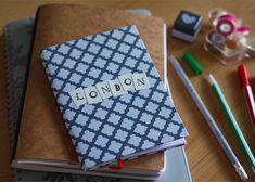 Fabriquez vous-même vos petits carnets de notes, simplement à l'aide d'un carton, de feuilles de papier imprimante et d'un peu de déco de scrapbooking ! ...