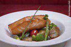 C'Est Si Bon! Bistrot (jantar) Salmão Provence - Filé de salmão grelhado com tomate, batatinha, cebolinha, alcaparra, azeitona, azeite e ervas frescas