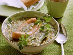 Herzhafte Linsensuppe mit köstlicher Einlage – so schmeckt gesunde Hausmannskost am besten! Entdecken Sie die besten Linsensuppe-Rezepte.