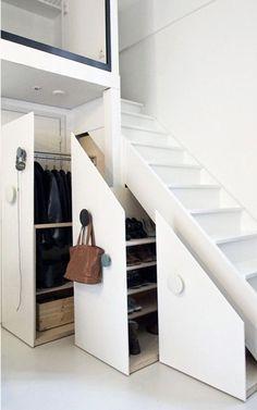 Un rangement dressing sous l'escalier