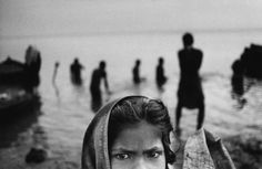 E' una complessa, continua, spontanea interazione fra l'osservazione, la comprensione, l'immaginazione e l'intenzione. CORSO DI BASE DI REPORTAGE FOTOGRAFICO con PIERPAOLO MITTICA. Pierpaolo Mittica (2002-2004), Pellegrini, Varanasi. Dalla serie Incredibile India!