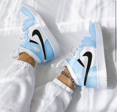 Dr Shoes, Cute Nike Shoes, Swag Shoes, Cute Sneakers, Nike Air Shoes, Nike Shoes For Women, Nike Jordans Women, Nike Shoes Blue, Shoes Jordans