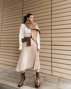 Plisseeröcke sind zu echten Klassikern geworden, mit denen man zu jeder Jahreszeit Stilsicherheit und Trendbewusstsein beweist. Unser ayen Modell mit beige/cremefarbenem Hahnentrittmuster hat eine leichte A-Linie und sitzt dank des hohen Bundes bequem in der Taille und macht eine tolle Figur! #ayenlabel #plisseerock Quoi Porter, Calf Length Skirts, Vogue, Summer Denim, Satin Midi Skirt, Slip Skirts, Black Leather Skirts, Puffy Jacket, Winter Trends