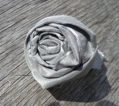 Faire une fleur avec un ruban; le pas à pas en images :