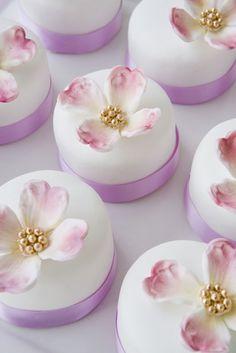 lavender purple mini cakes / cupcakes for wedding Individual Wedding Cakes, Mini Wedding Cakes, Wedding Favors, Individual Cakes, Centerpiece Wedding, Wedding Cupcakes, Wedding Pics, Wedding Themes, Party Favors