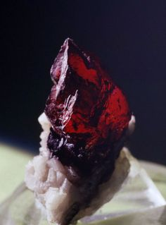 Minerals that I liked since I was in elementary school. The photo is cinnabar. Kenji Kobayashi