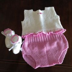Free written pattern in Spanish available. By El taller de Mama Julia Knitting For Kids, Baby Knitting Patterns, Crochet Patterns, Baby Kimono, Baby Dress, Crochet Baby, Knit Crochet, Romper Suit, Knitted Baby Clothes