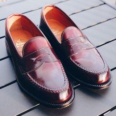 Volver a casa con estos mocasines Alden LHS me ayuda a terminar mi estudio. Style To Wear Cordovan Shoes, Loafer Shoes, Loafers Men, Alden Cordovan, Sock Shoes, Shoe Boots, Preppy Men, Business Shoes, Men Boots