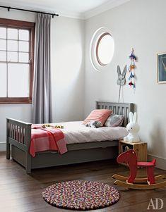 Кейптаун. Интерьер по проекту Энтони Кейворта и Анн Кабалле. Они же — хозяева квартиры и родители живущего здесь ребенка.